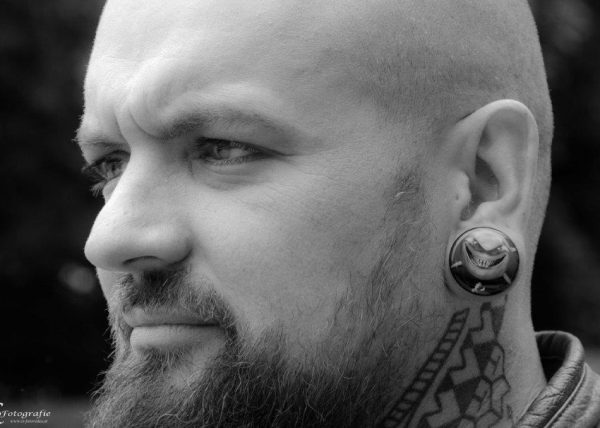 mann mit tatoos